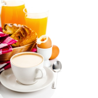 Świeże śniadanie na białym tle nad białym