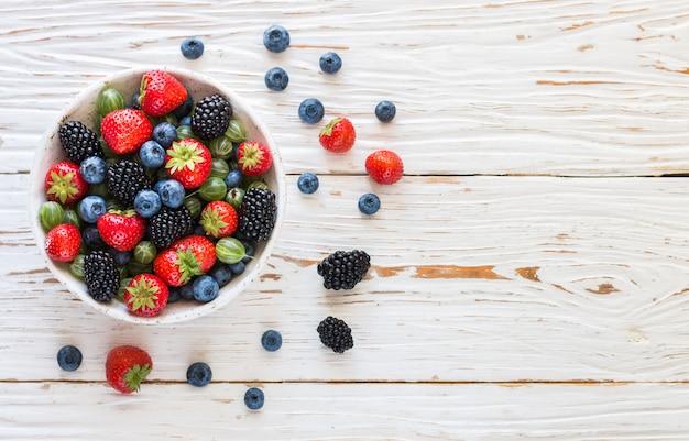 Świeże soczyste dojrzałe jagody w białym talerzu