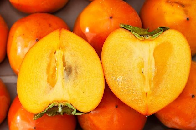 Świeże, soczyste dojrzałe persymony organiczne.