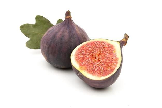 Świeże soczyste figi na białym tle