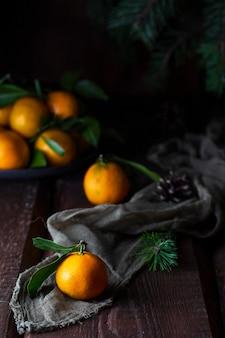 Świeże soczyste mandarynki lub mandarynki, klementynki z liśćmi