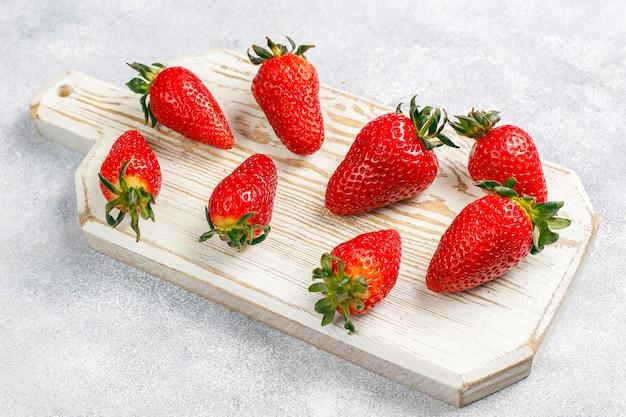 Świeże soczyste truskawki na świetle
