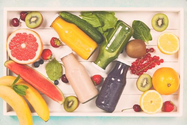 Świeże soki lub koktajle owocowe i warzywne w drewnianym t
