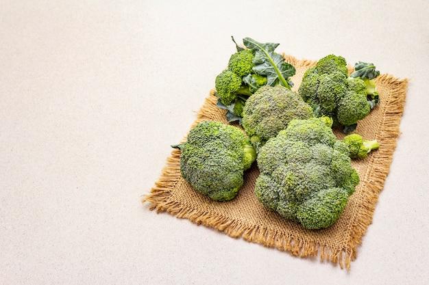 Świeże, surowe brokuły. źródło witamin i minerałów