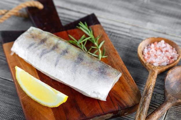 Świeże surowe filet z ryby sandacz na deska do krojenia