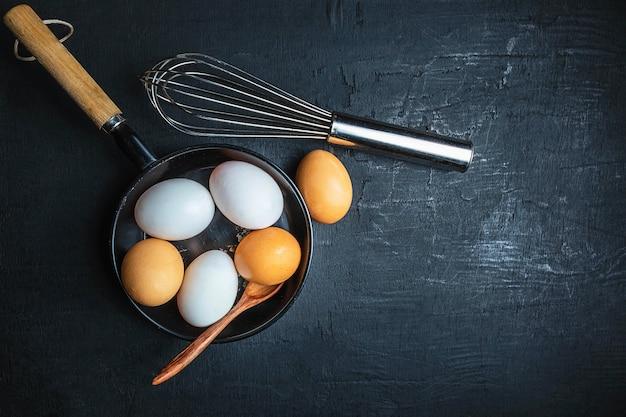 Świeże, surowe jajka do gotowania
