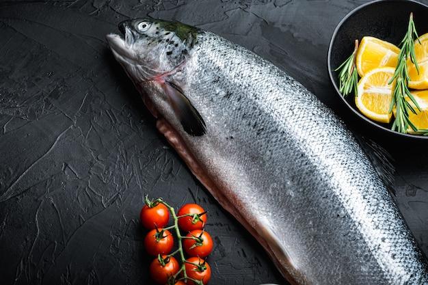 Świeże surowe łosoś czerwone ryby na czarnym tle z miejsca na kopię.