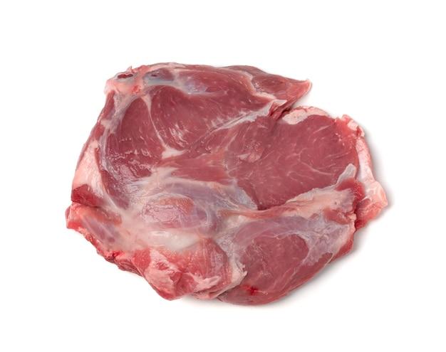 Świeże surowe mięso baranie łopatki z kości na białym tle widok z góry. duży kawałek owiec filet lub filet zbliżenie