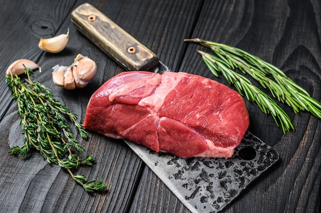 Świeże surowe mięso cielęce kotlet stek na tasak do mięsa
