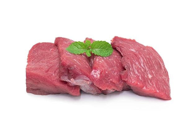 Świeże surowe mięso na białym tle