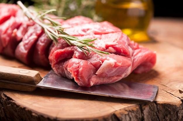 Świeże surowe mięso na starym drewnianym stole