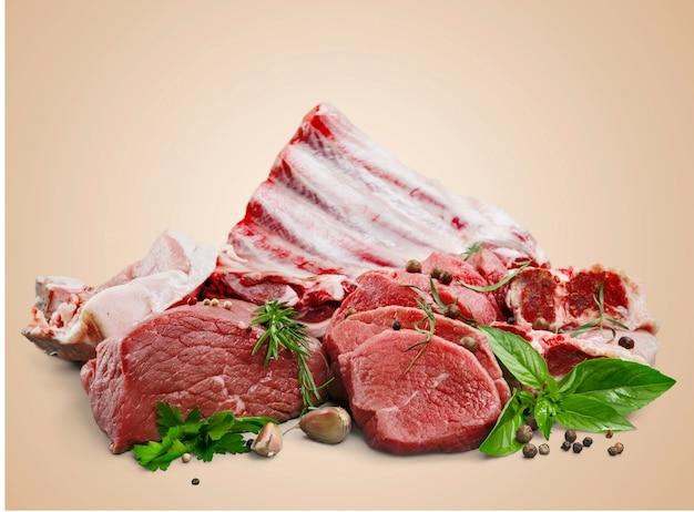 Świeże surowe mięso na tle