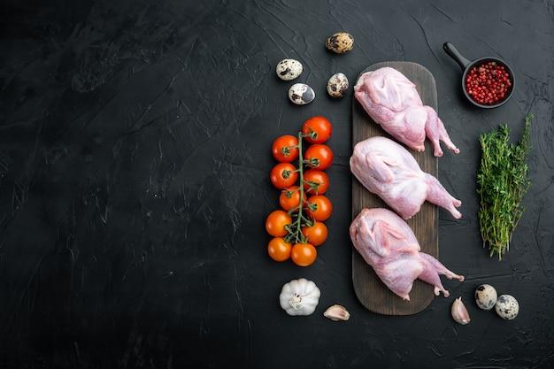 Świeże surowe mięso przepiórki gotowe do gotowania, leżał płasko, na czarnym stole