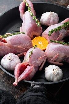 Świeże surowe mięso przepiórki gotowe do gotowania, na starym rustykalnym tle