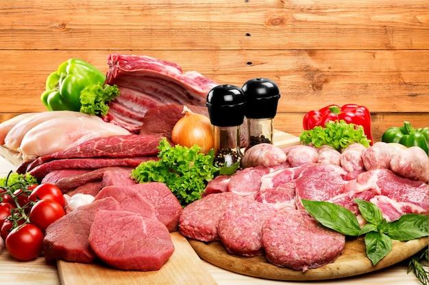 Świeże surowe mięso tło z warzywami