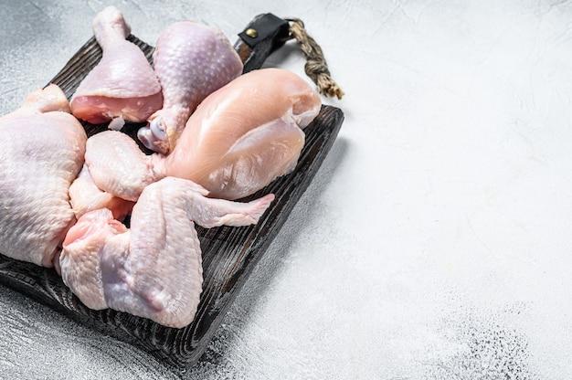 Świeże surowe mięso z kurczaka, skrzydełka, pierś, udo i podudzia