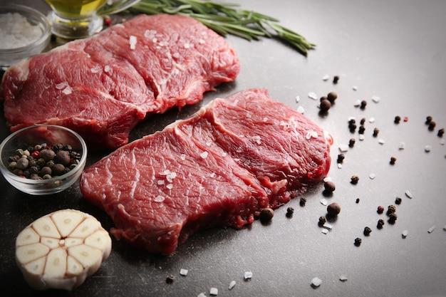 Świeże surowe mięso z przyprawami na stole