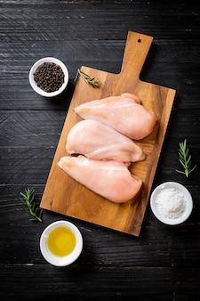 Świeże surowe piersi z kurczaka