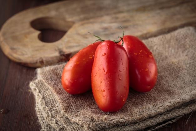 Świeże surowe pomidory san marzano