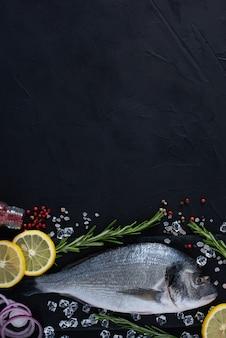Świeże surowe ryby dorada w ciemności