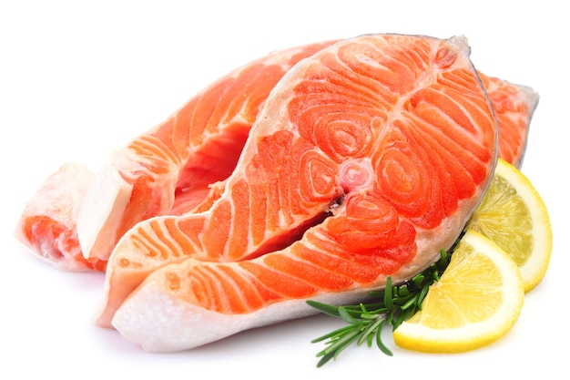 Świeże surowe ryby łosoś na białym tle