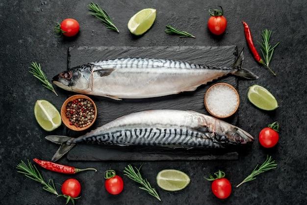 Świeże surowe ryby makreli na kamiennym tle