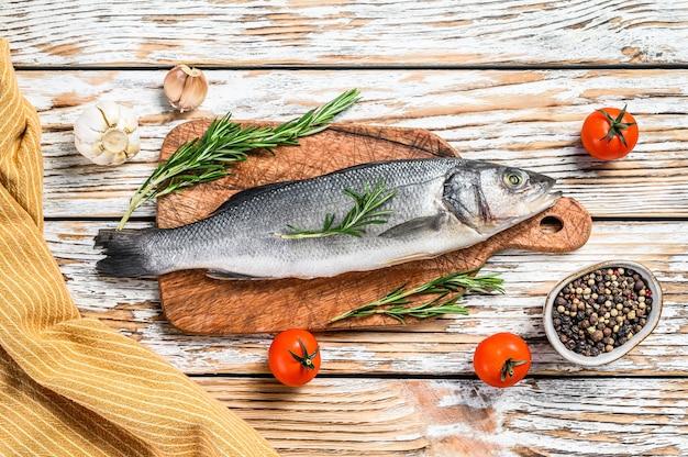 Świeże surowe ryby okoń morski z ziołami