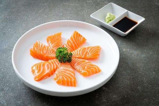 Świeże surowe sashimi z łososia - po japońsku
