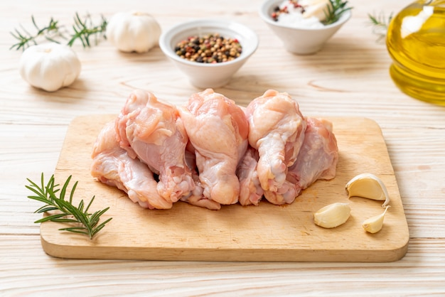 Świeże surowe skrzydełka z kurczaka na desce