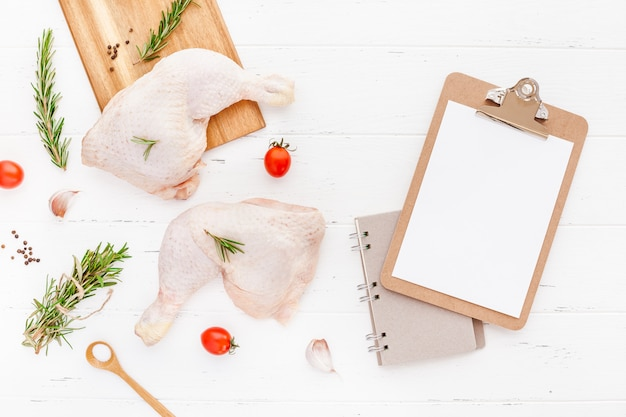 Świeże, surowe udka z kurczaka z ziołami. koncepcja gotowania