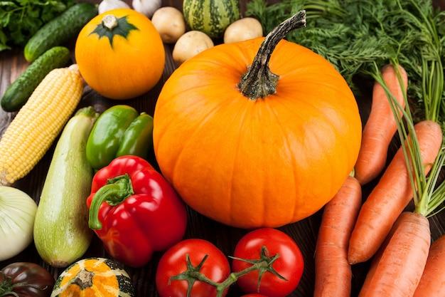 Świeże surowe warzywa na stole