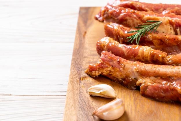 Świeże surowe żeberka wieprzowe gotowe do pieczenia ze składnikami