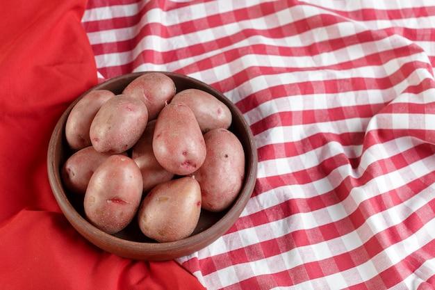 Świeże surowe ziemniaki