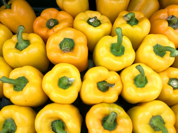 Świeże surowe żółte capsicums na wystawie w supermarkecie na sprzedaż