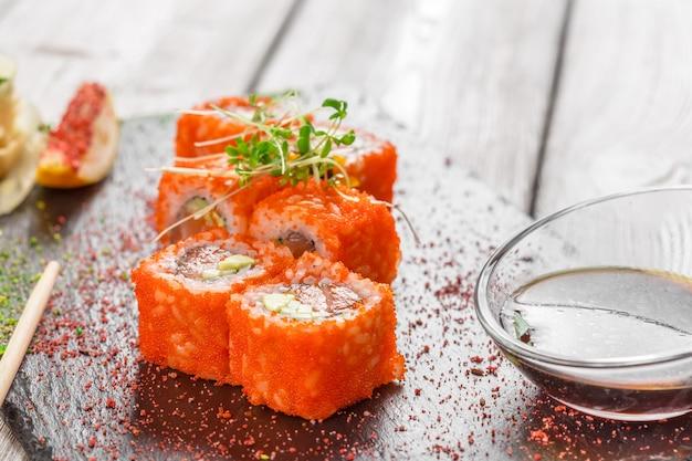 Świeże sushi na prosty drewniany stół