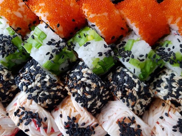 Świeże sushi rolki ustawiają karmowego pojęcie