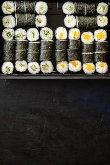 Świeże sushi roll owoce morza wielokolorowe maki susi łosoś tuńczyk ryż nori wasabi sezam azjatyckie jedzenie