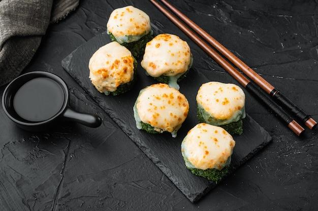 Świeże sushi z zestawem wasabi i imbiru na czarnym kamieniu