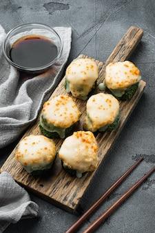 Świeże sushi z zestawem wasabi i imbiru na szarym kamieniu
