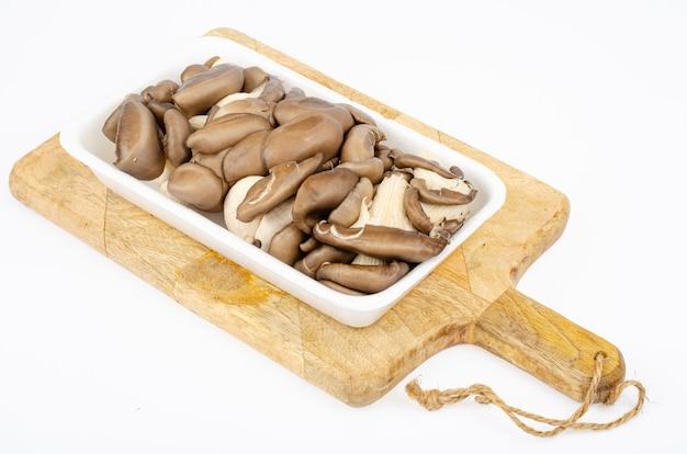 Świeże szare boczniaki hodowlane do celów kulinarnych. zdjęcie studyjne.