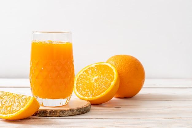 Świeże szkło sok pomarańczowy na drewnie