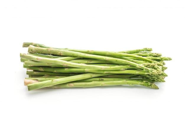 Świeże szparagi na białym tle