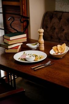 Świeże szparagi organiczne zawinięte w szynkę parmeńską na drewnianej powierzchni