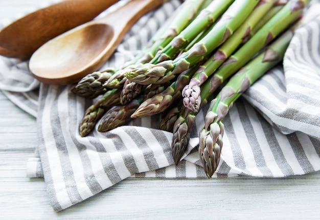 Świeże szparagi zielone na białym tle