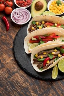 Świeże tortille z mięsem i warzywami