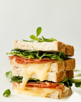 Świeże tosty z serem i warzywami na biurku