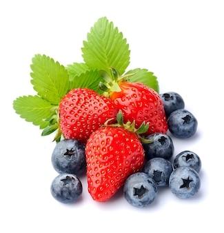 Świeże truskawki i jagody na białym tle.