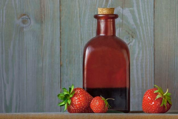 Świeże truskawki i syrop truskawkowy