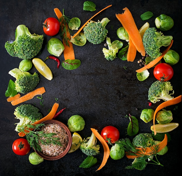 Świeże warzywa dla zdrowej diety. jedzenie wegetariańskie. widok z góry