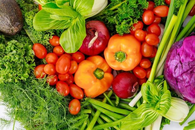 Świeże warzywa do przygotowania zdrowej sałatki. pojęcie diety.